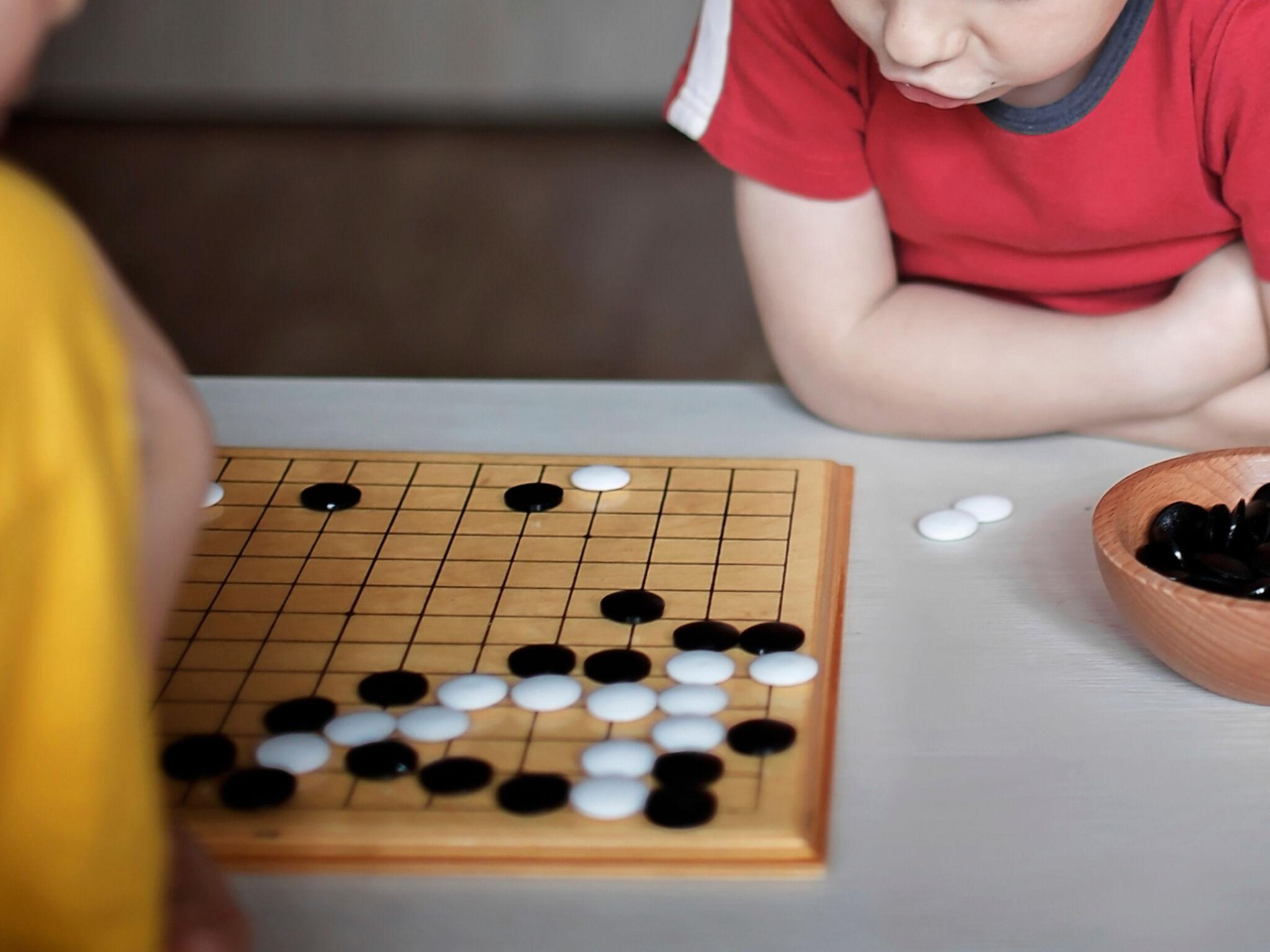 子ども同士で将棋をさしている画像
