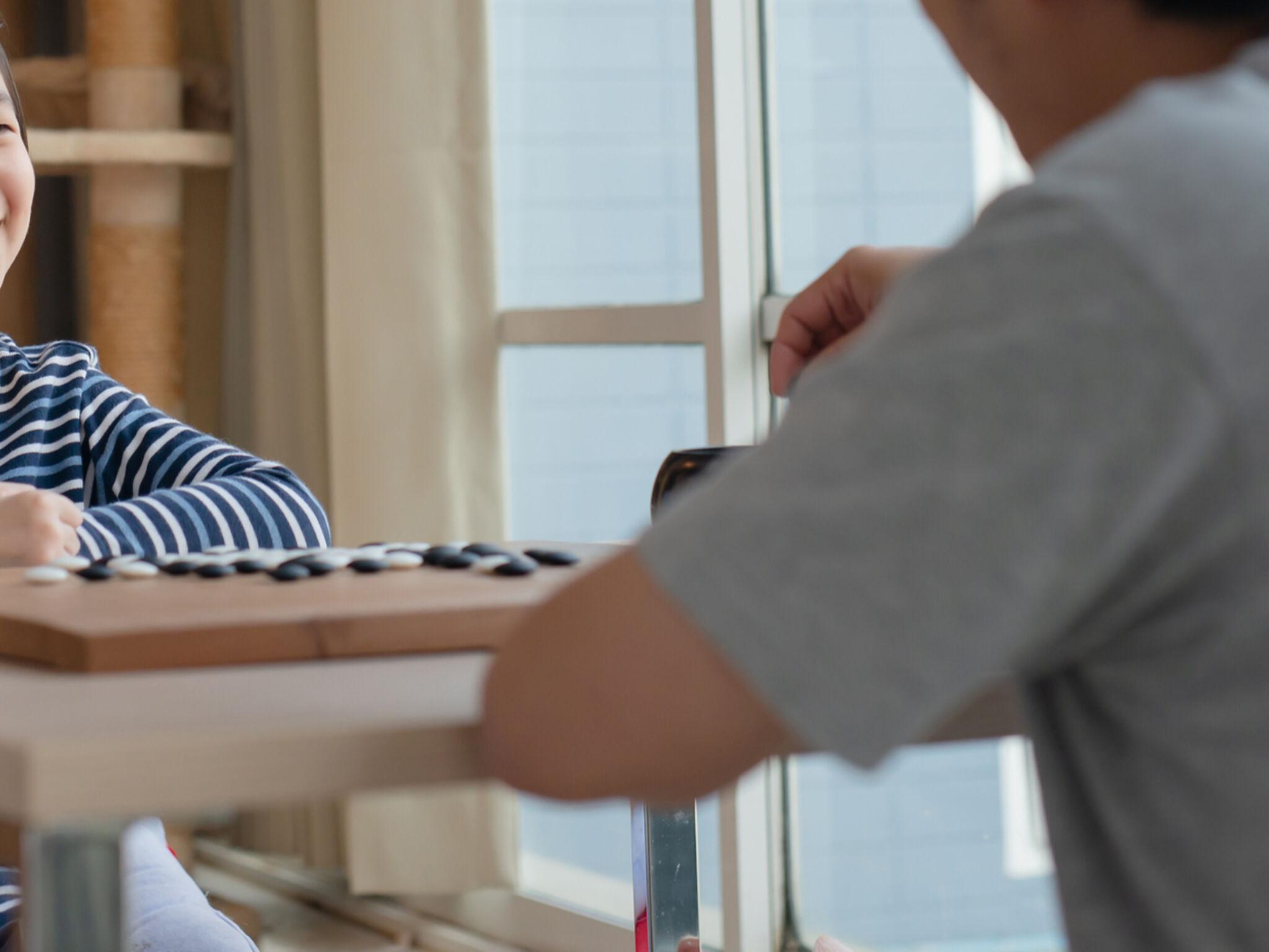 親子で将棋をさしている画像