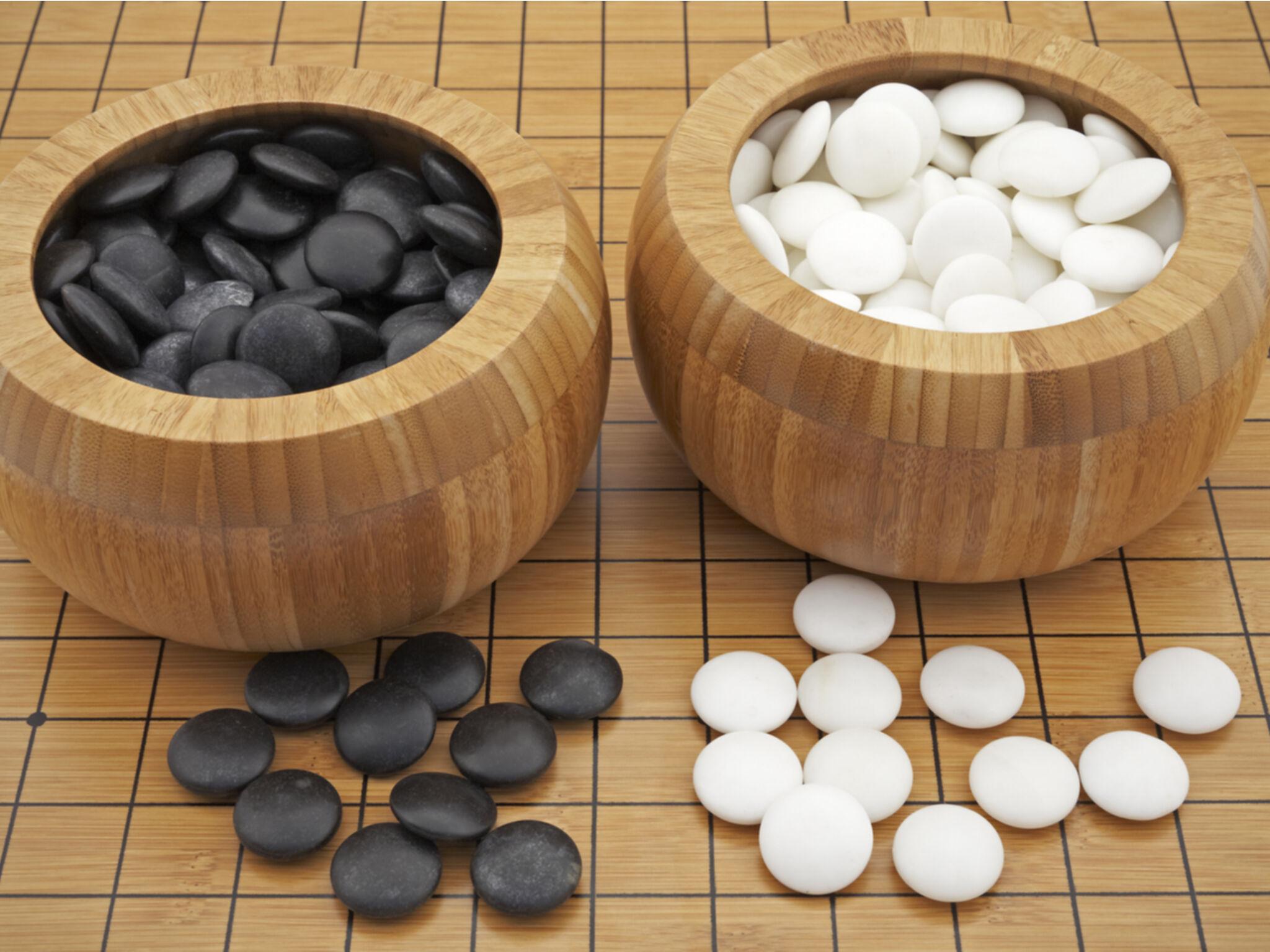 黒と白の将棋の駒がアップでうつっている画像