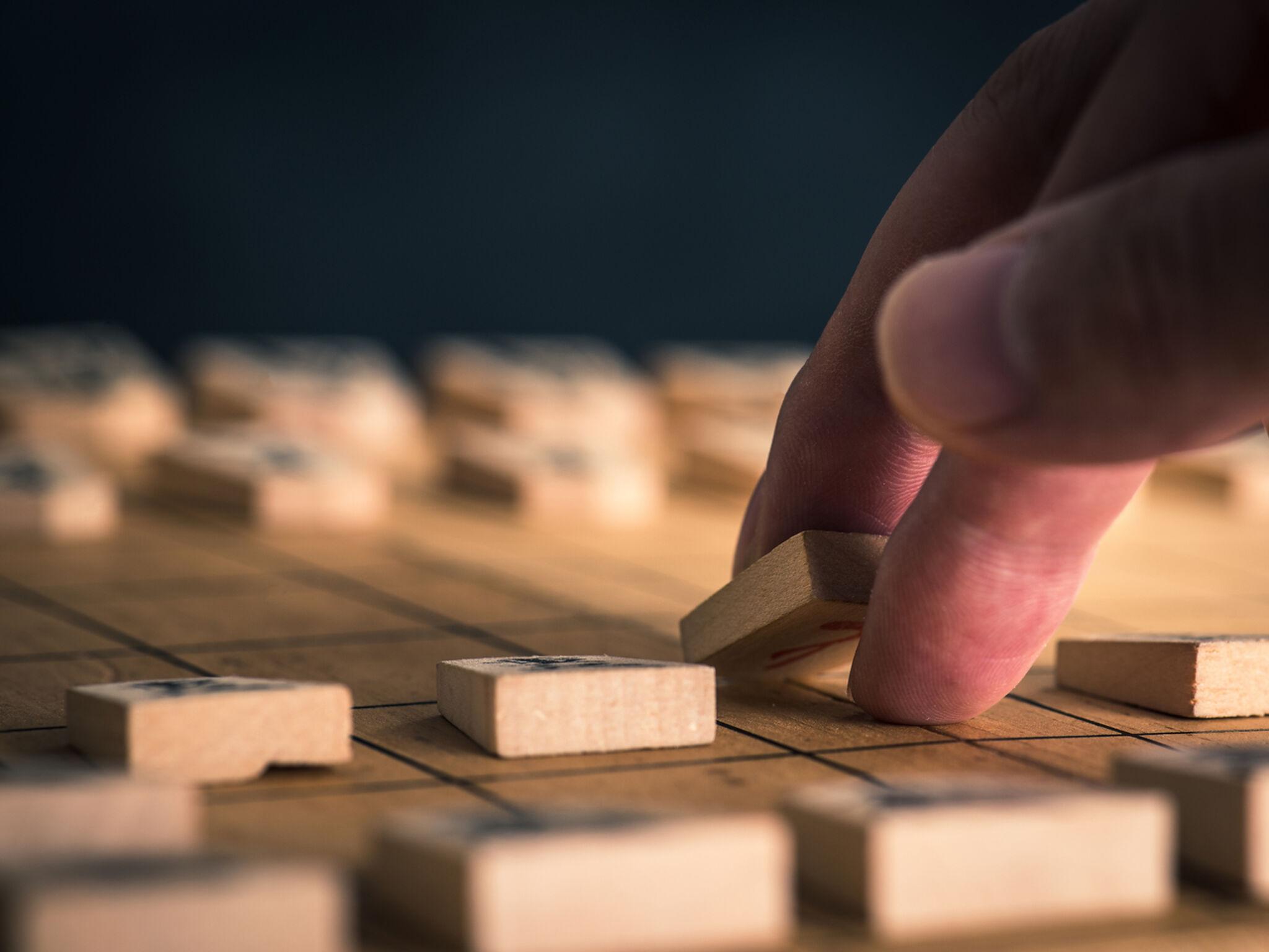 将棋をさしている指のアップの画像