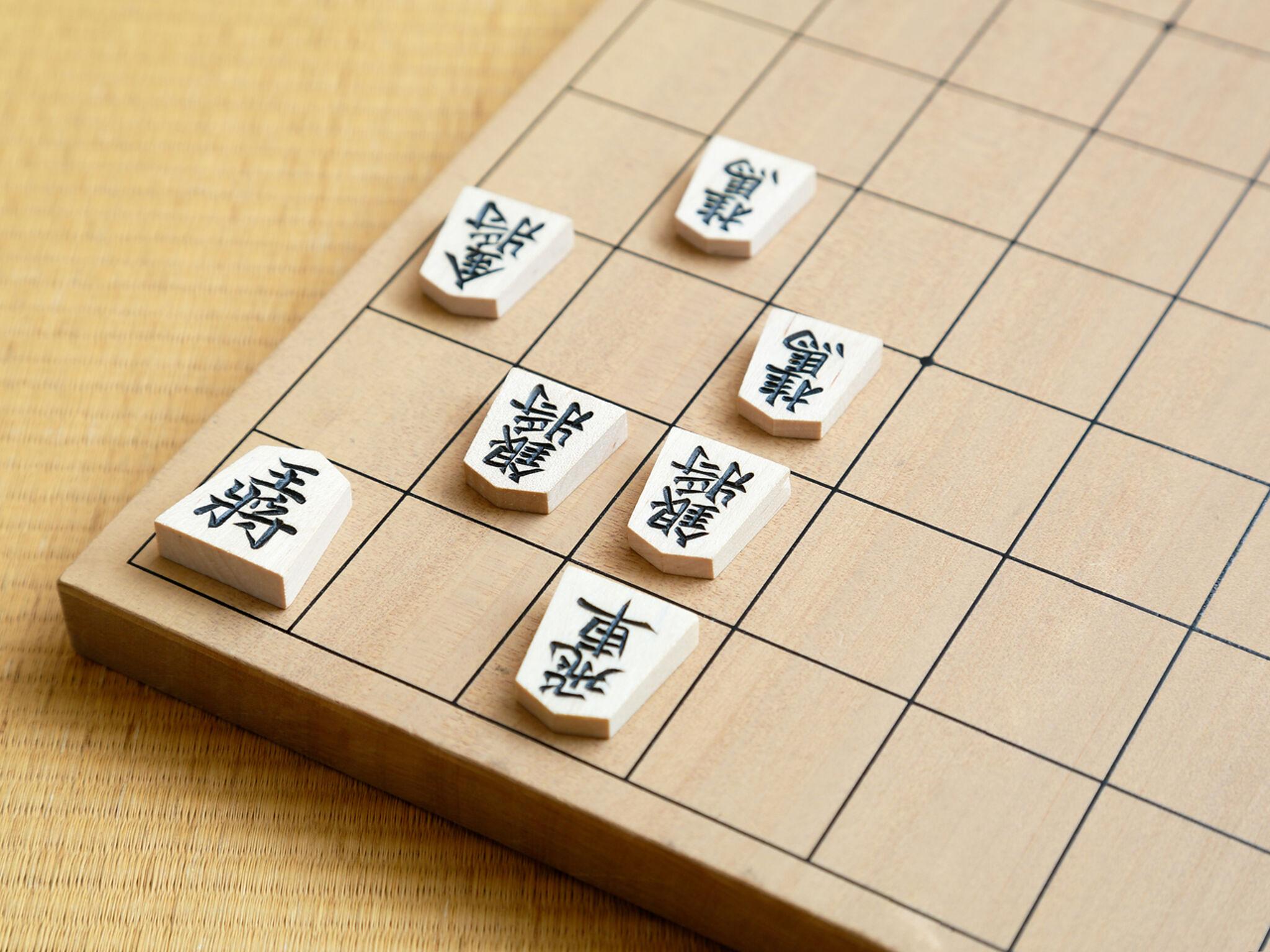 将棋盤の上の端に駒が置いてある画像