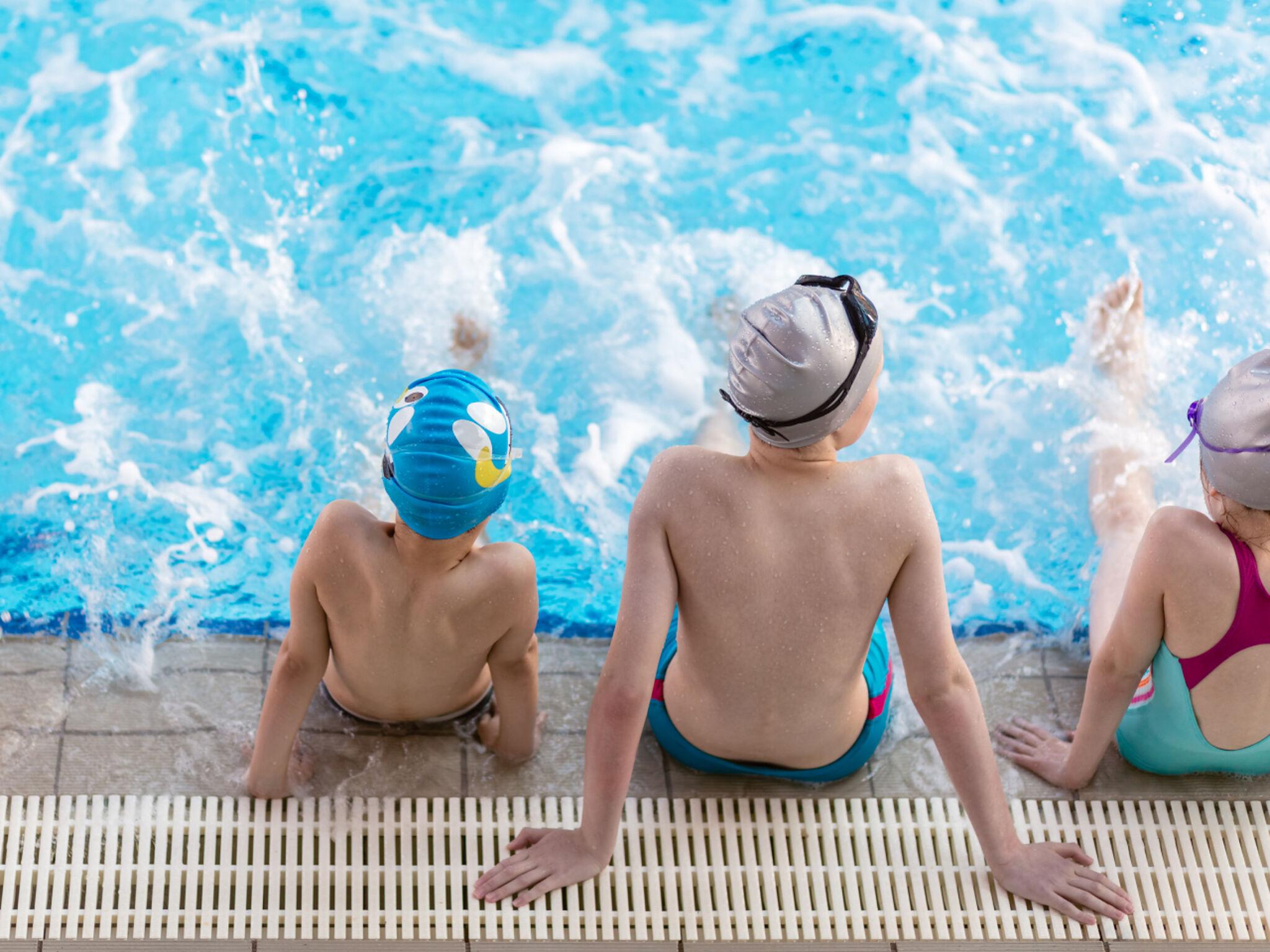 プールでバタ足をする子どもたちの画像