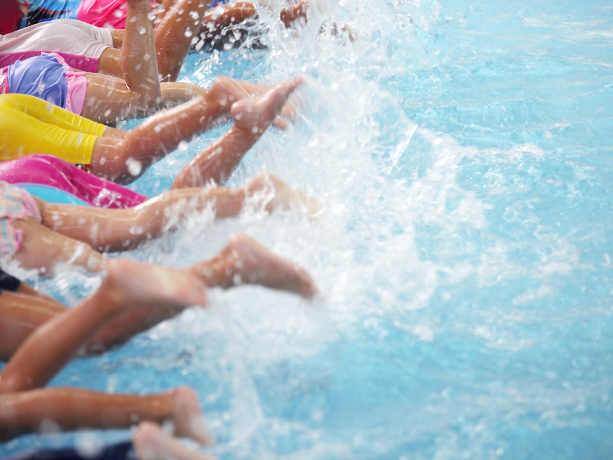 プールでバタ足の練習をする子どもたちの画像