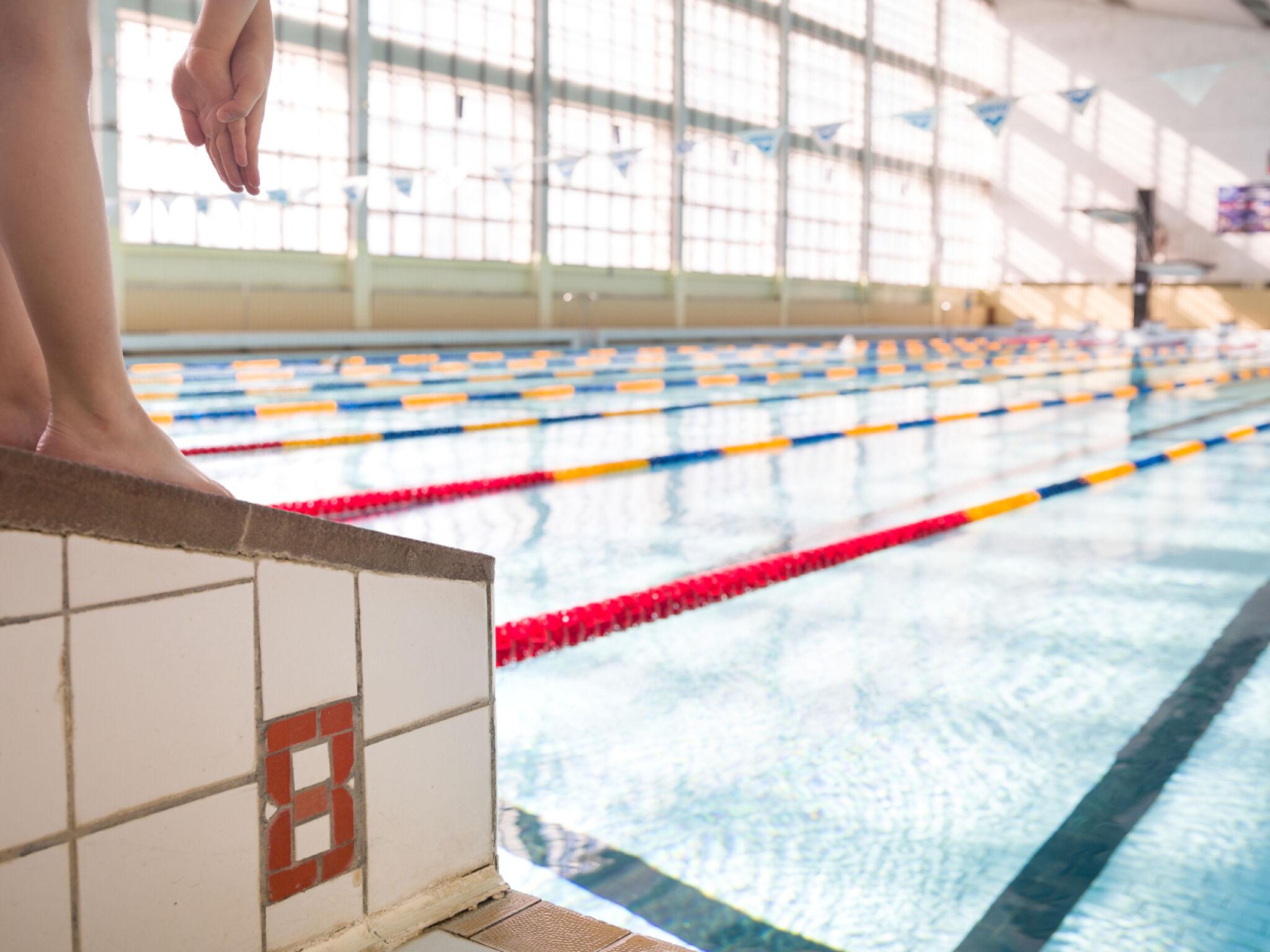 プールで飛び込みをしようとしている子どもの画像