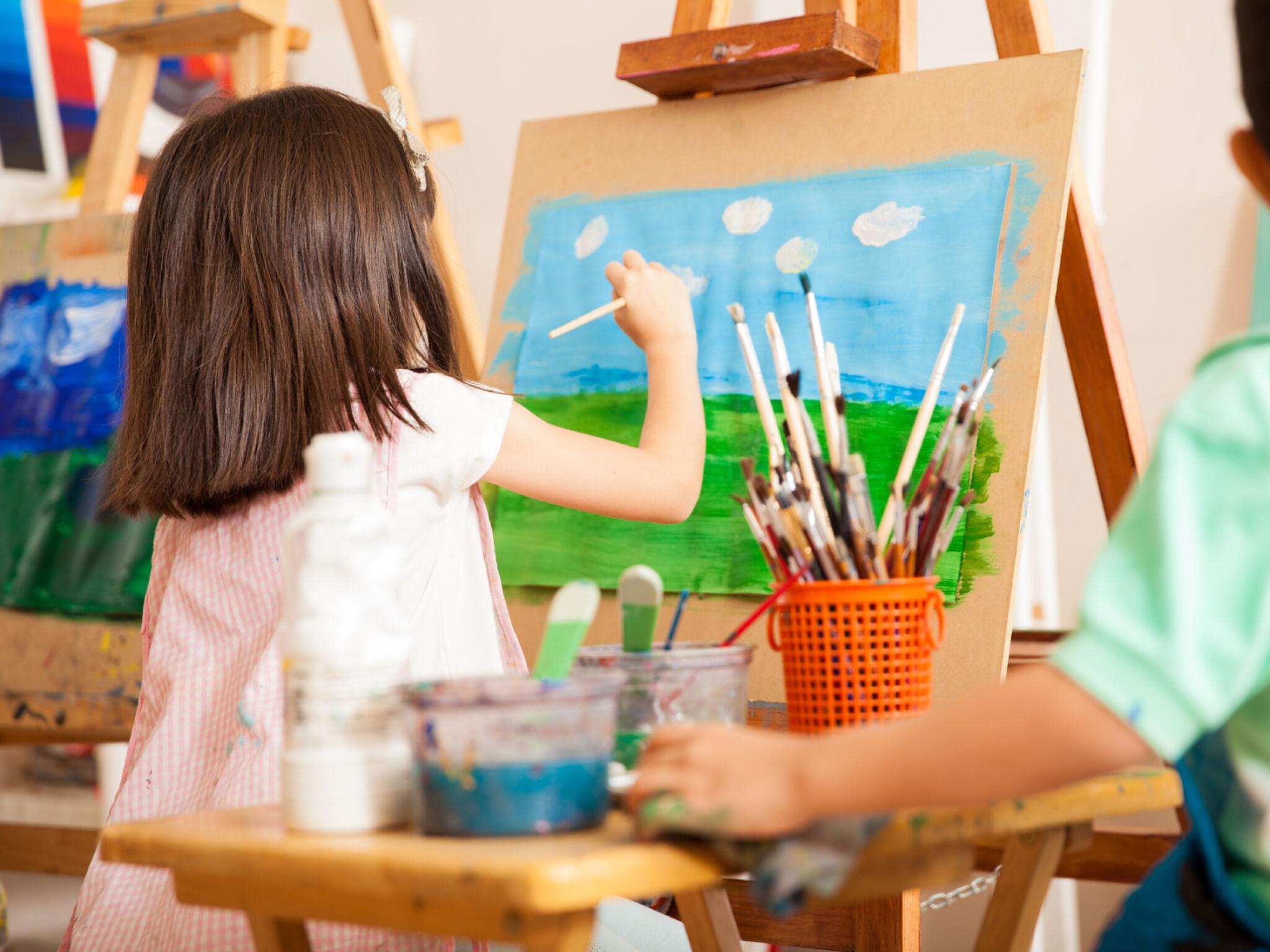 絵を描いている子どもたちの画像