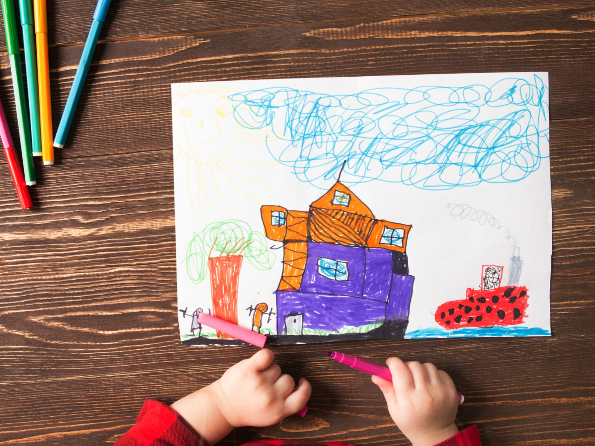絵を描いている子どもの画像