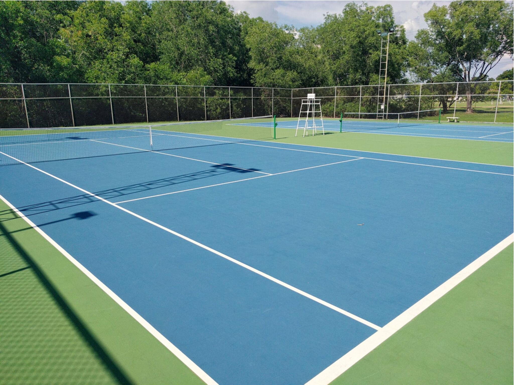 テニスクラブのテニスコートの画像
