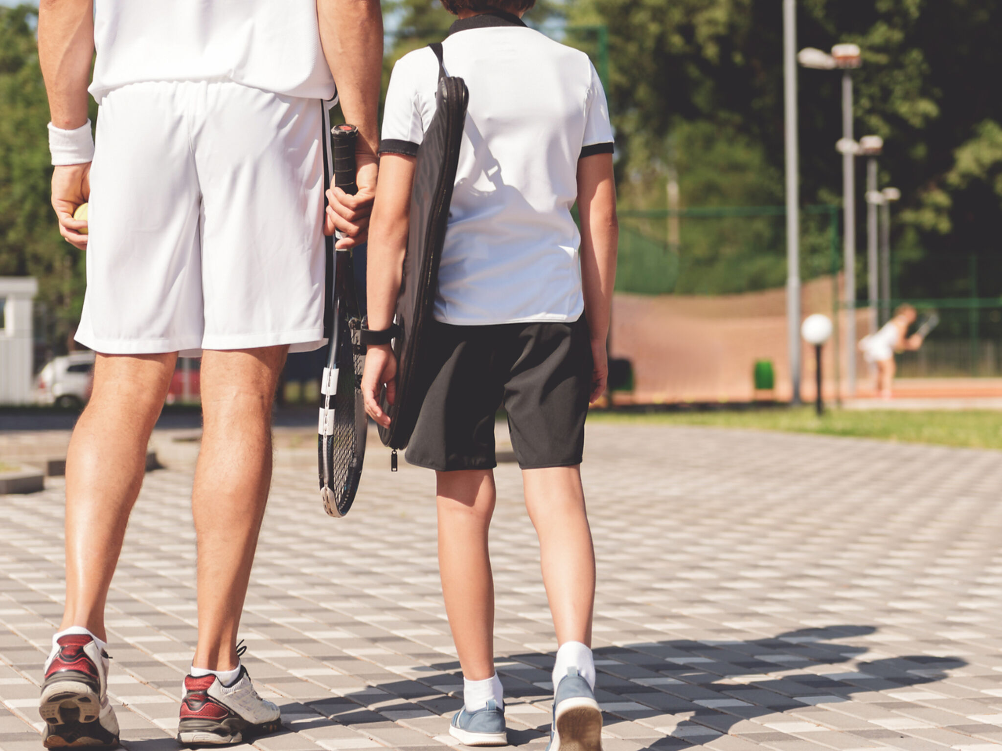 大人と子どもがテニススクールに通っている画像
