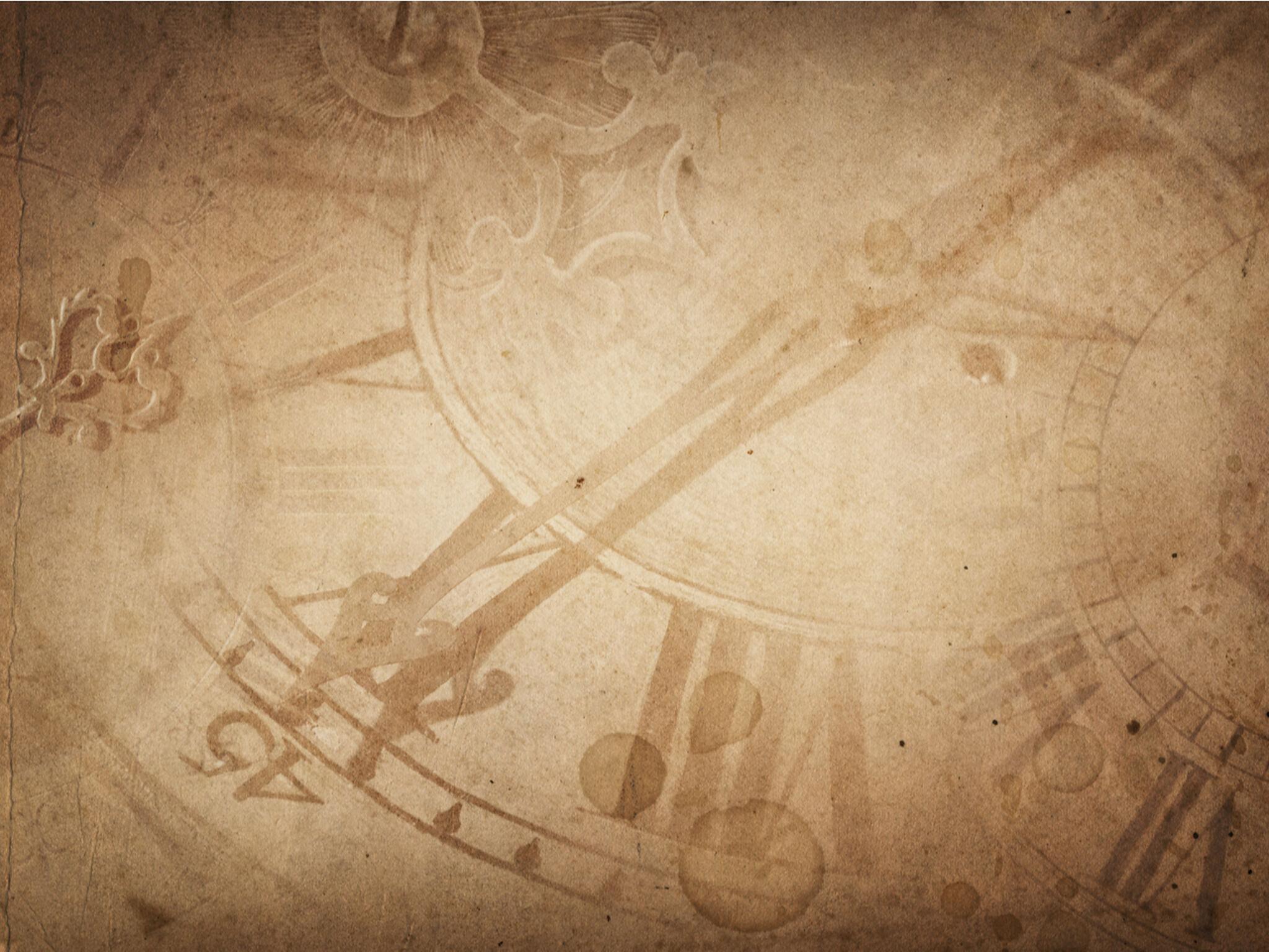海外の時計の羅針盤がアップになっている画像