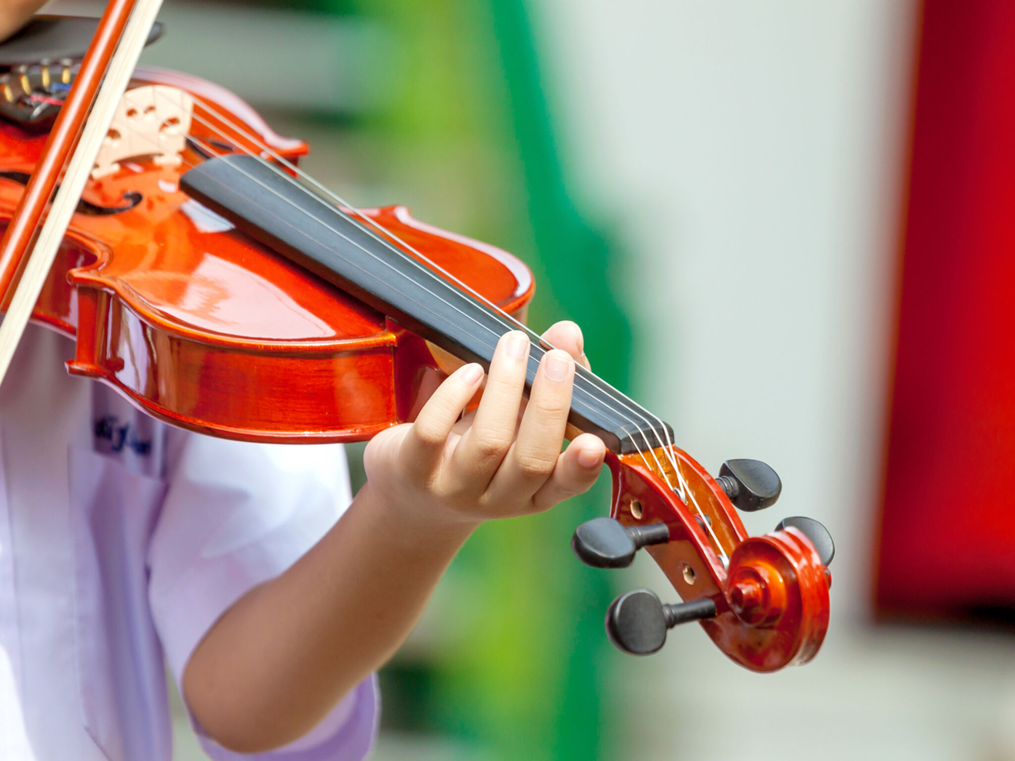 子どもがヴァイオリンをひいている画像