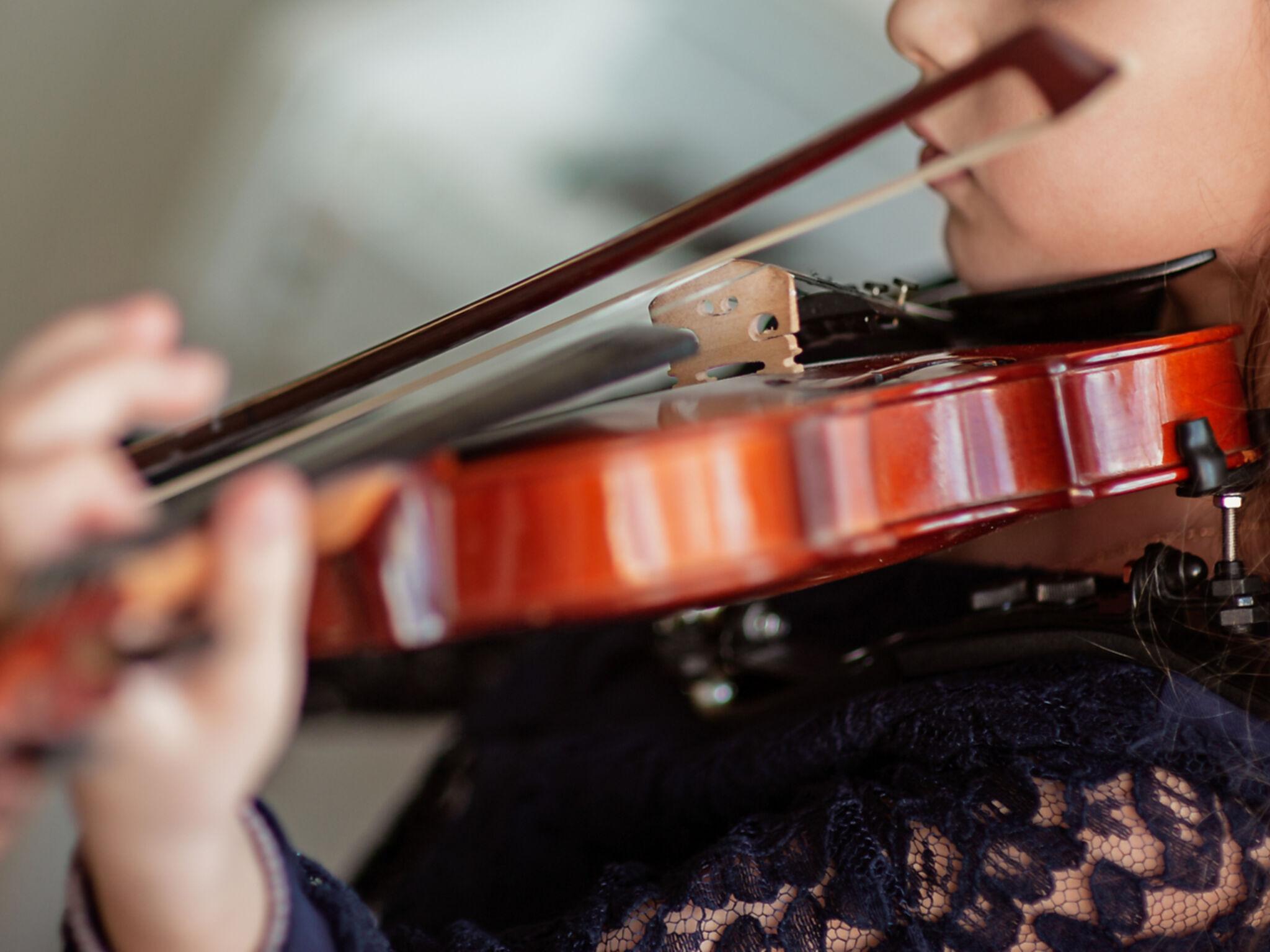 女の子がヴァイオリンを弾いている画像