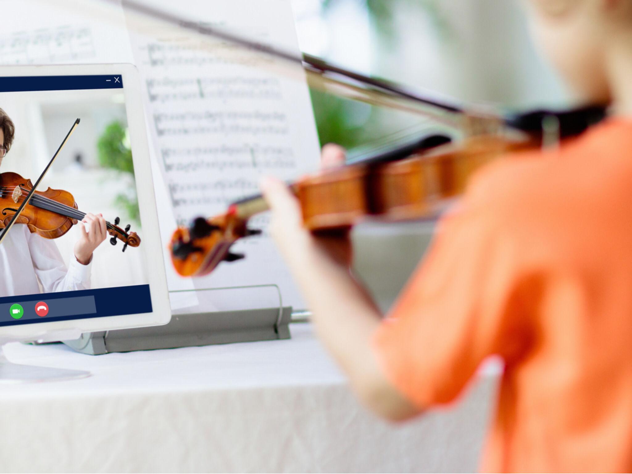 子どもが自宅でオンラインでヴァイオリンの指導を受けている画像