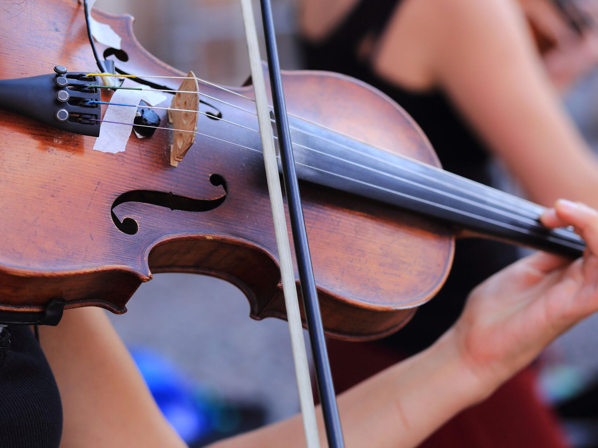 ヴァイオリンを演奏している人のヴァイオリンのアップ画像