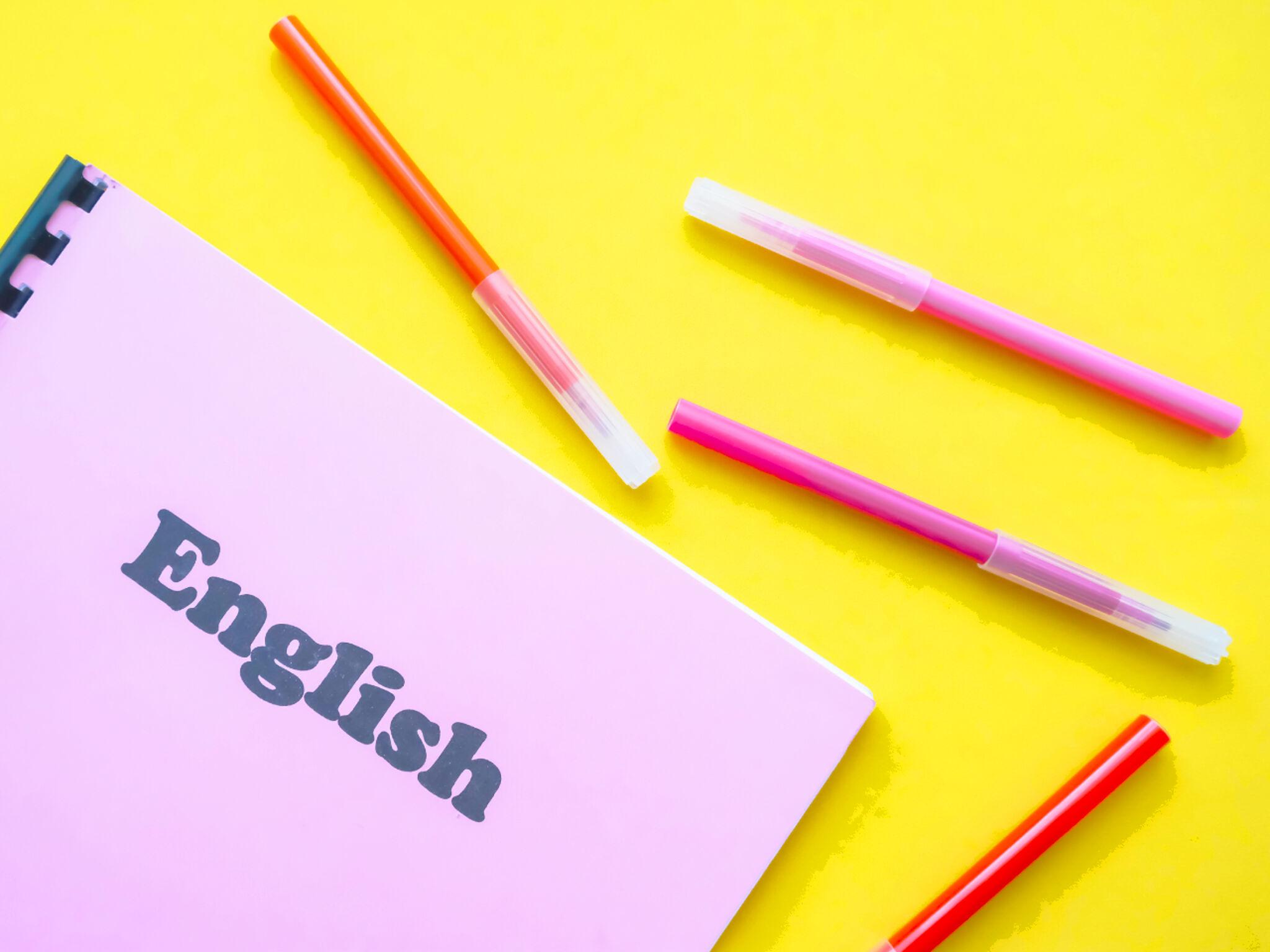 英語のノートとペンの画像