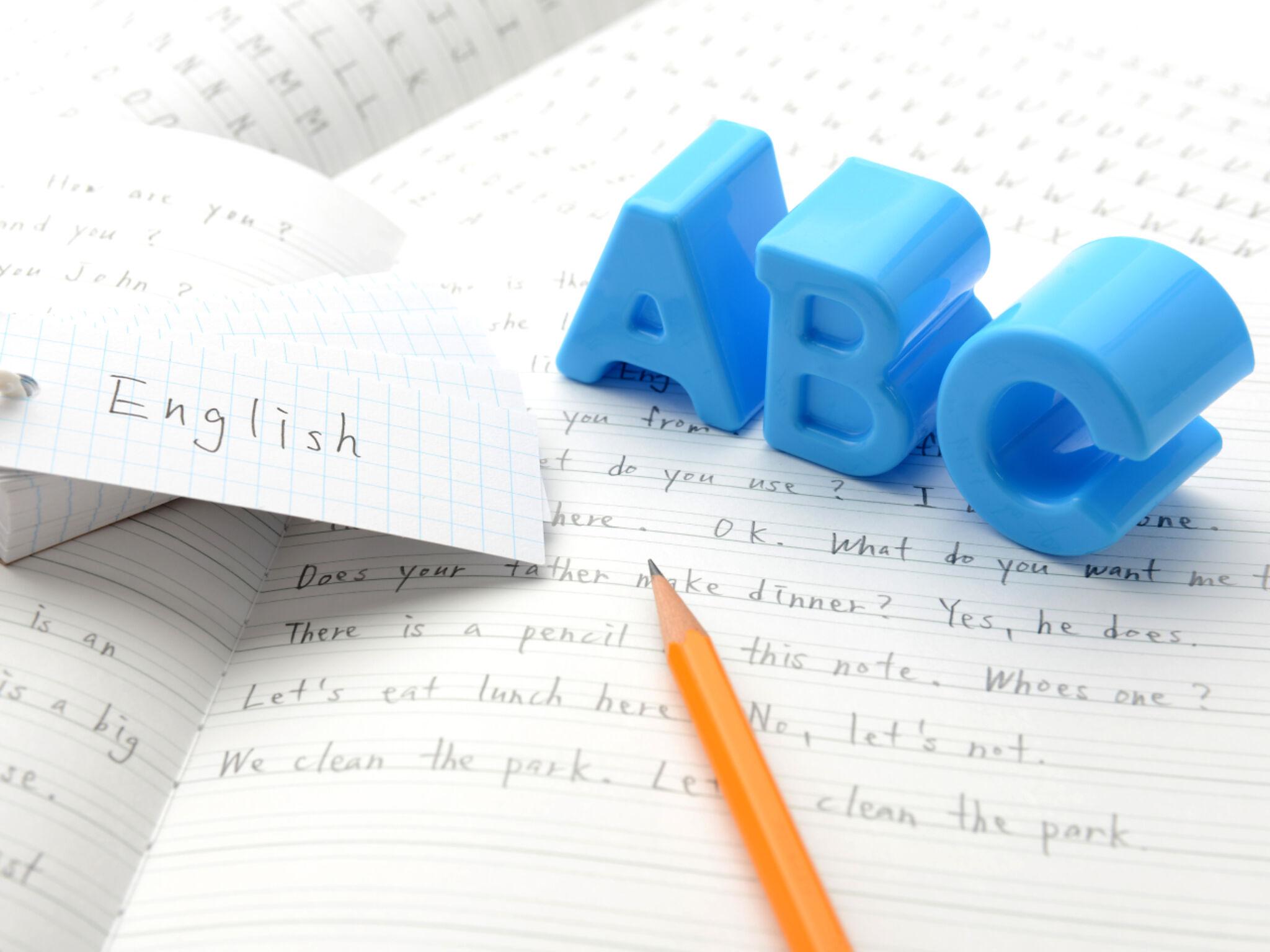 英語のノートと鉛筆の画像