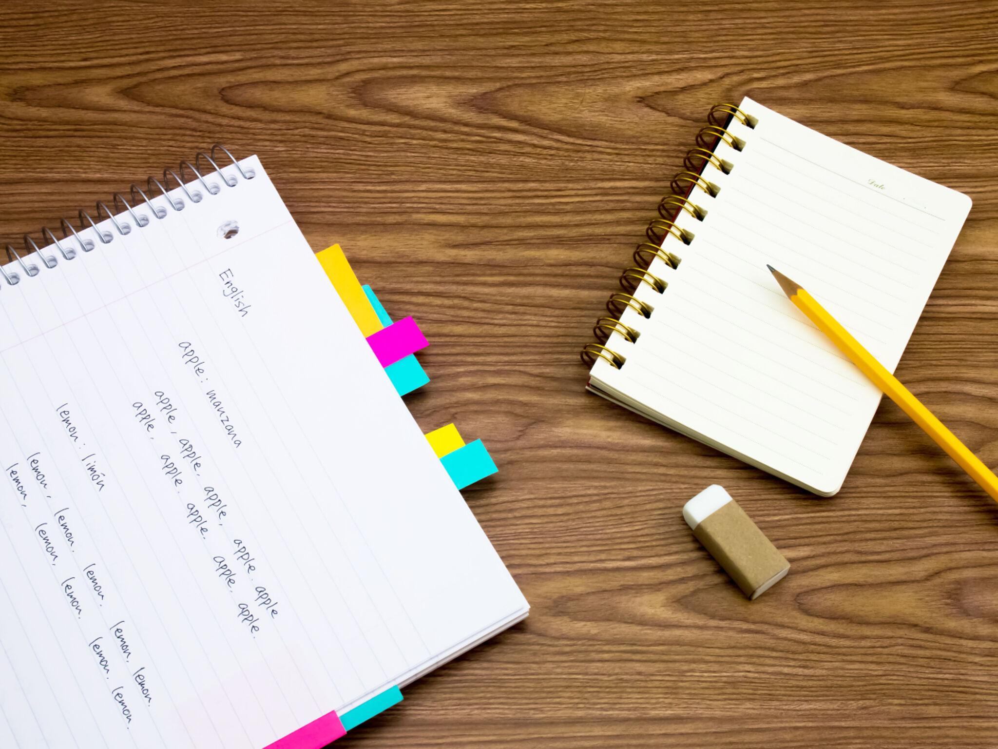 英語のノートと鉛筆、消しゴムの画像