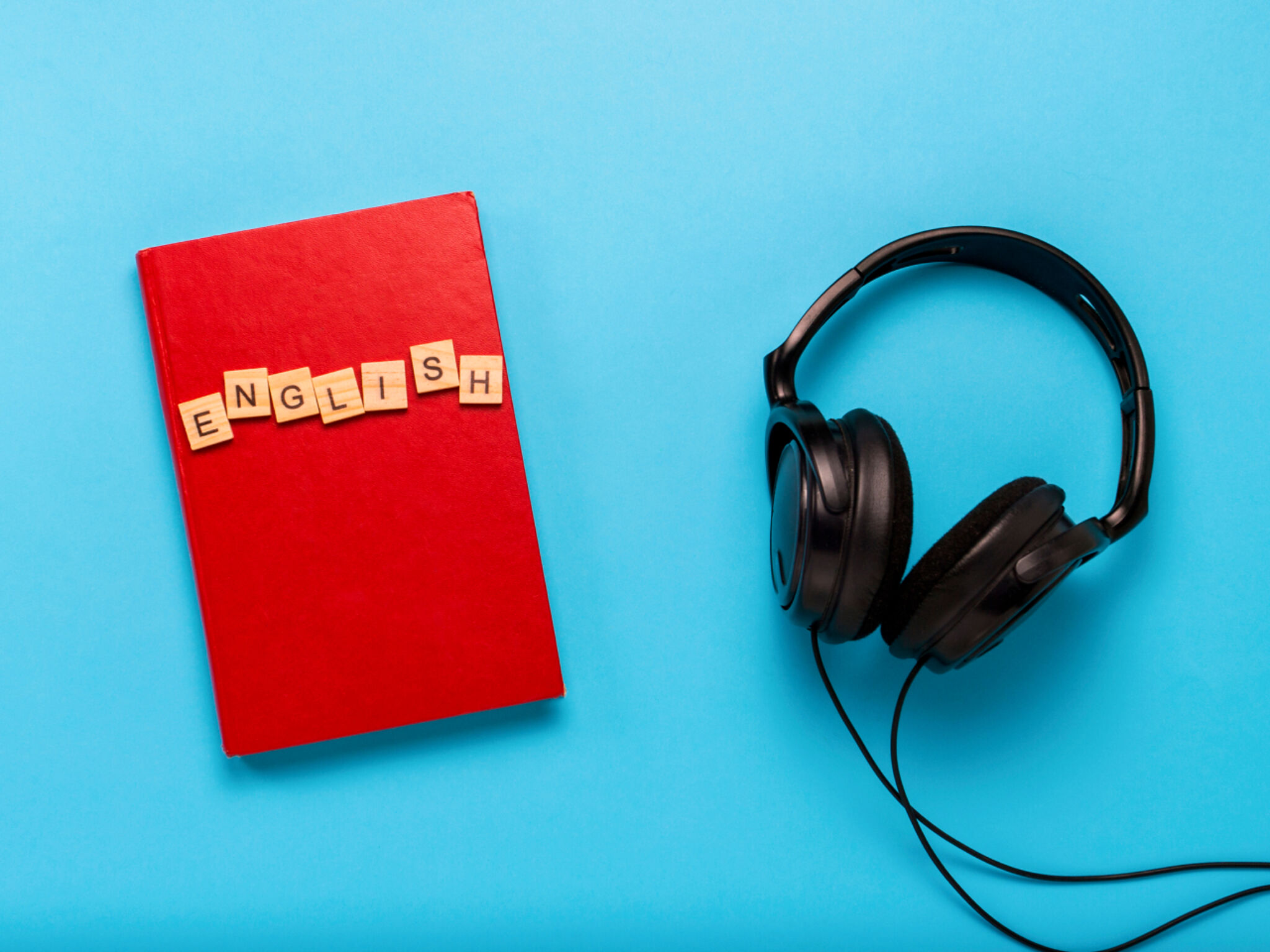 英語の本とヘッドホンの画像
